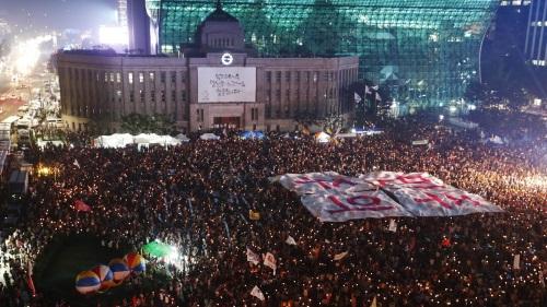 تصویر اعتراض های گسترده مردمی در  کره جنوبی و بحران عمیق فساد  رئیس جمهوری
