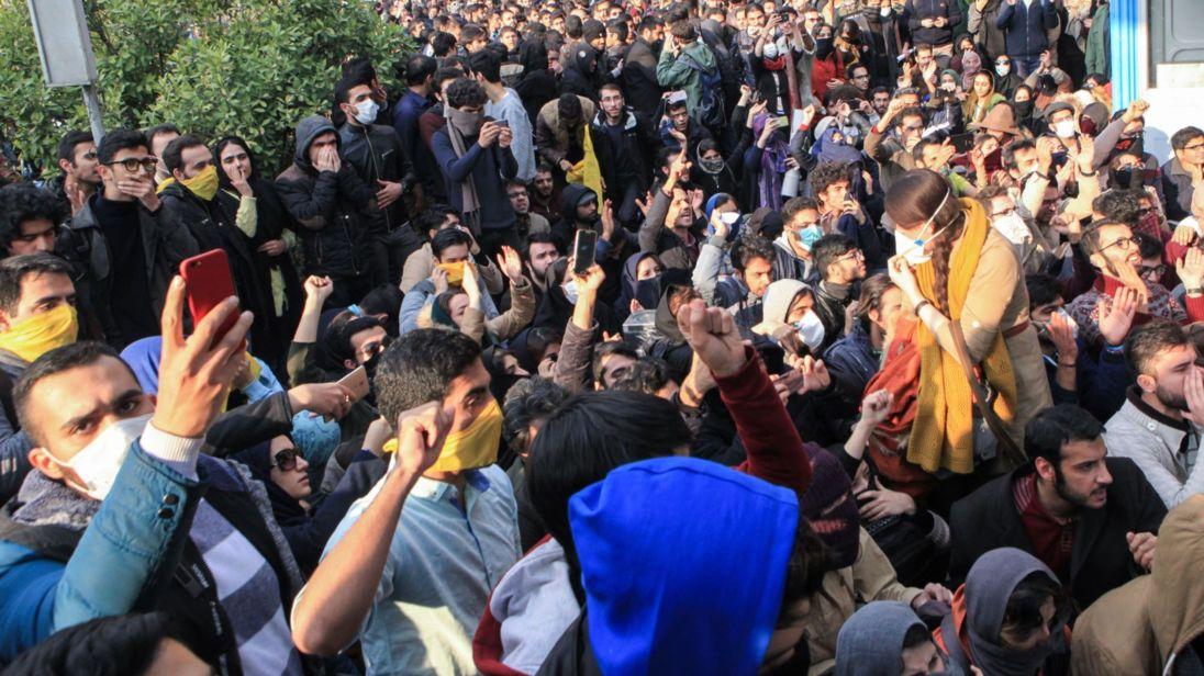 تصویر زندهباد مبارزۀ دلیرانۀ مردم بر ضدِ حکومت دیکتاتوری