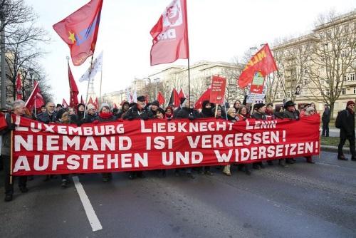 تصویر بزرگداشتِ نودونهمین سالگرد قتلرُزا لوکزامبورگ وکارللیبکِنِشت در برلین