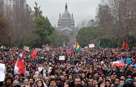 تصویر رئیس جمهور شیلی علیه مردم خود اعلام جنگ کرده است